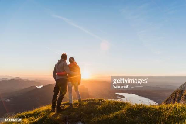 austria, salzkammergut, couple standing on mountain summit, enjoying the view - aussicht genießen stock-fotos und bilder