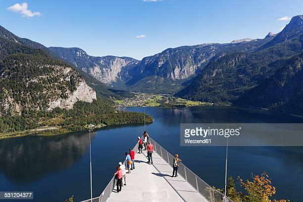 austria, salzkammergut, hallstatt, observation platform welterbeblick at lake hallstatt - hallstatt stock-fotos und bilder