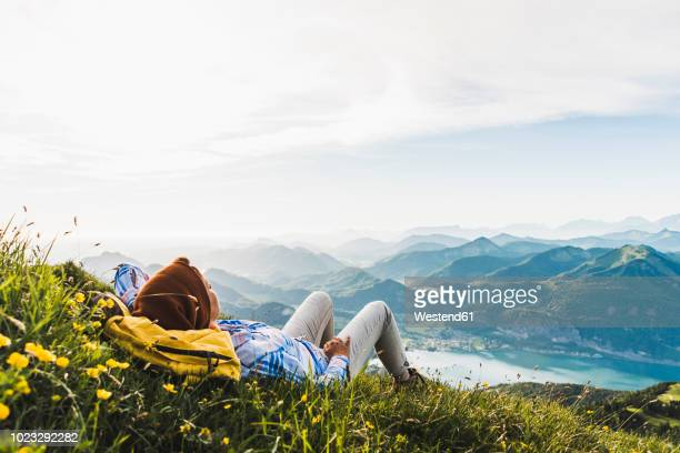 austria, salzkammergut, hiker taking a break, looking over the alps - ruhen stock-fotos und bilder