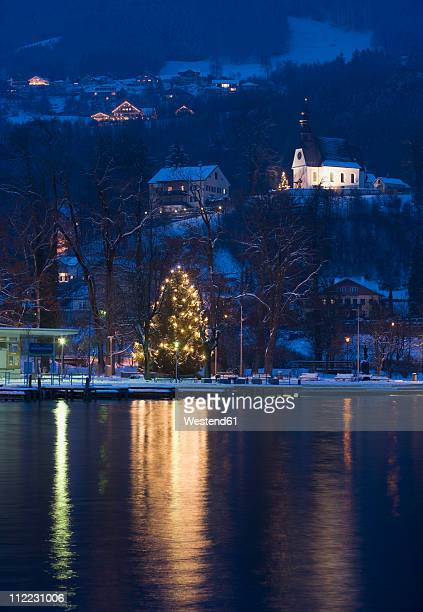 austria, salzkammergut, mondsee, view of hilfbergkirche church with christmas tree by lake - mere noel stock pictures, royalty-free photos & images