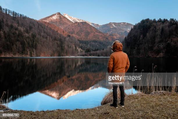 austria, st. gilgen, krottensee, young man wearing winter jacket - chaqueta fotografías e imágenes de stock