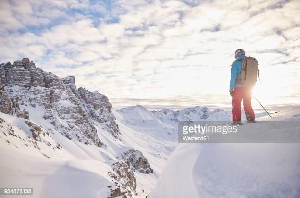 austria, tyrol, kalkkoegel, axamer lizum, freeride skier looking into the valley at sunset - schneebedeckt stock-fotos und bilder