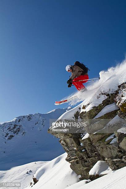 austria, tyrol, kitzbuehel, woman skiing on mountain - kitzbuehel stock-fotos und bilder