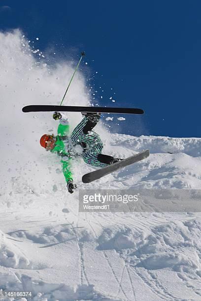 austria, tyrol, kitzbuhel, mid adult man crash while skiing - chute ski photos et images de collection