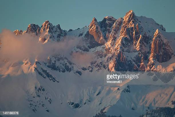 austria, tyrol, kitzbuhel, view of wilder kaiser at dawn - kitzbuehel stock-fotos und bilder