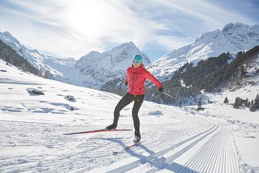 Austria, Tyrol, Luesens, Sellrain, cross-country skier in snow-covered landscape - gettyimageskorea