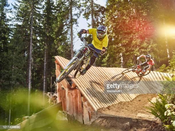 austria, tyrol, male and female downhill mountain biker - radsport wettbewerb stock-fotos und bilder