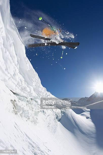 austria, tyrol, pitztal, mature man doing freestyle skiing - フリースタイルスキー ストックフォトと画像