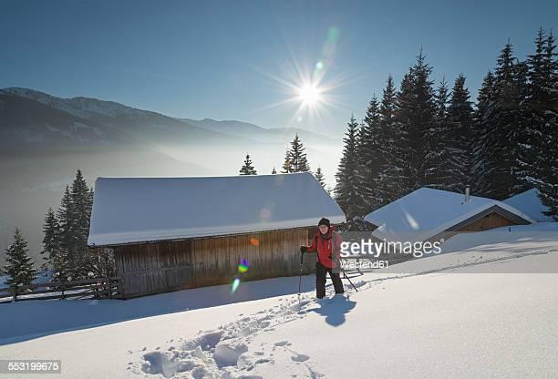 austria, tyrol, schwaz, woman snowshoeing - genot stockfoto's en -beelden