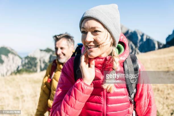 austria, tyrol, smiling couple hiking in the mountains - activité de plein air photos et images de collection