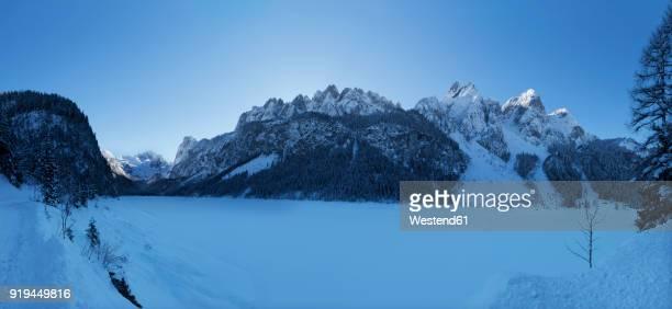 Austria, Upper Austria, Salzkammergut, Gosau, Lake Gosausee in winter, Dachstein and Gosaukamm