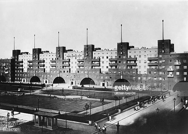 "Austria, Vienna - Modern appartment building ""Karl-Marx-Hof by architect Karl Ehn - 1930"