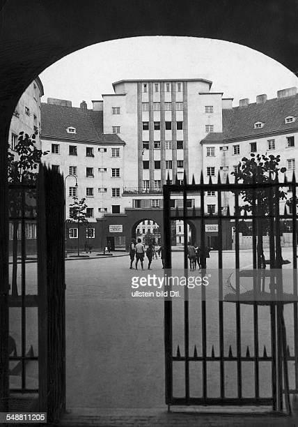 Austria Vienna Vienna dwellings view in the courtyard of the colony 'Am Fuchsfeld' 1927 Photographer Frankl Vintage property of ullstein bild