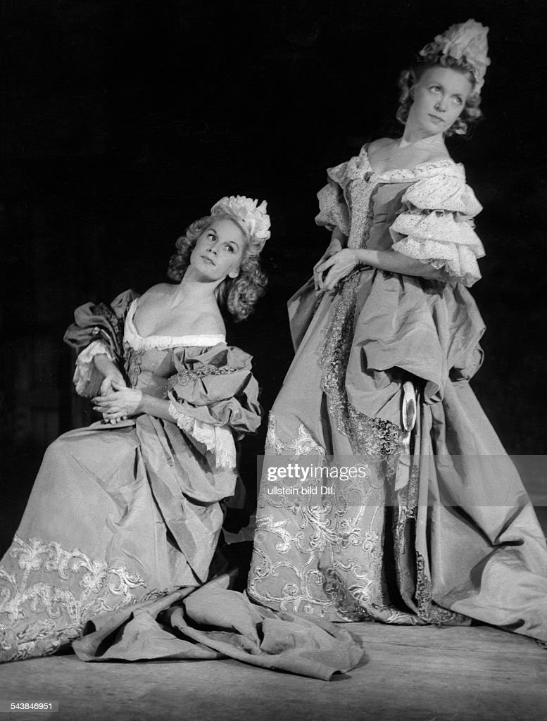 Austria Vienna Vienna The principal dancers Violet Tester and Maria Schindler in a minuet by Haydn at the Vienna State Opera - ca. 1943- Photographer: Hedda Walther- Published by: 'Die Dame' 03.1943Vintage property of ullstein bild : News Photo