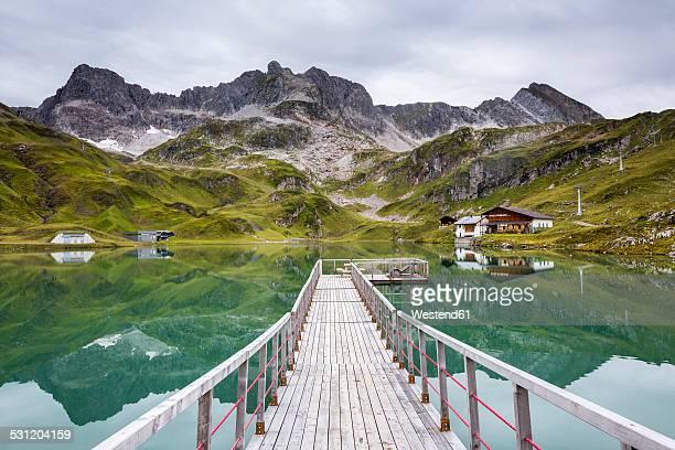 austria, vorarlberg, lechtal alps, lake zuersersee, wooden boardwalk - vorarlberg stock-fotos und bilder