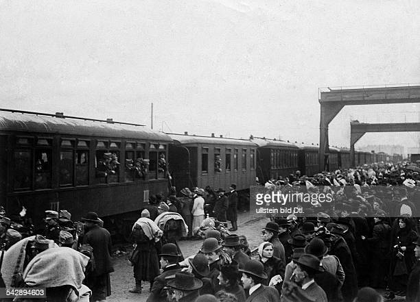 Austria-Hungaria, military: Bosnian annexation crisis 1908: Partial mobilization of the army. Train with soldiers leaving a railway station....