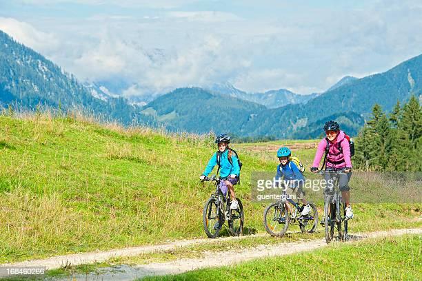 Familie auf Fahrräder auf die Berge, Österreich