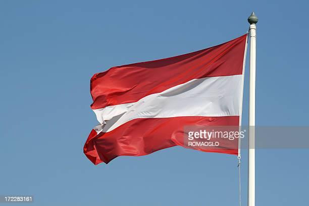 drapeau autrichien contre ciel bleu, autriche - autriche photos et images de collection