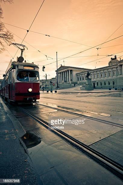 Österreichische Parlament in Wien, Auto und Bahn Verkehr bei Sonnenuntergang