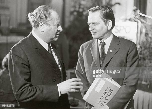 Austrian politician Bruno Kreisky talking to Swedish social democrat Olof Palme Austria Photography 1985 [Bruno Kreisky im Gespraech mit dem...