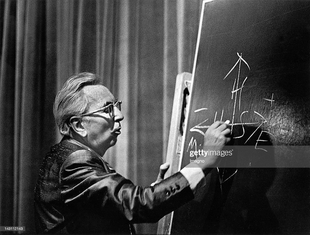 Austrian psychologist Viktor Frankl giving a lecture. Photograph. About 1970. : News Photo