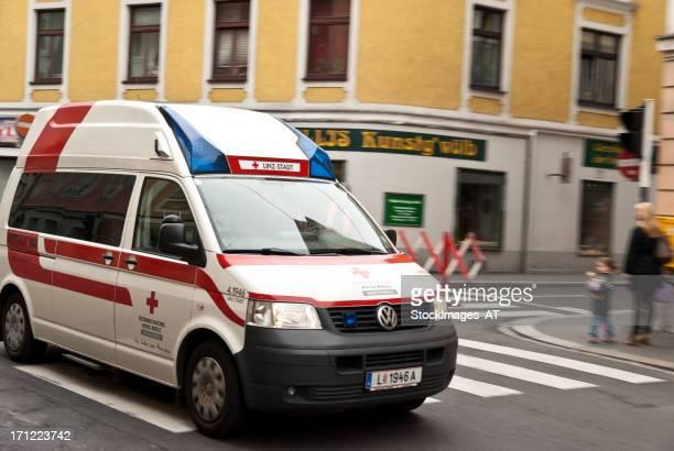 österreichische red cross - rettung stock-fotos und bilder