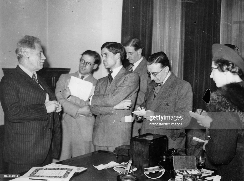 Austrian violinist Fritz Kreisler with reporters in London. About 1935. Photograph. (Photo by Imagno/Getty Images) Der österreichische Geiger Fritz Kreisler mit Reportern in London. Um 1935. Photographie.