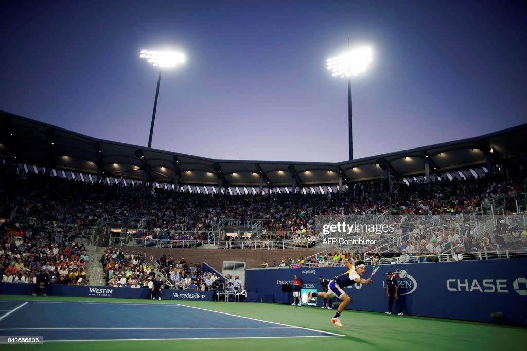 TOPSHOT - Austria's Dominic Thiem returns the ball to Argentina's Juan Martin del Potro during their 2017 US Open Men's Singles Round 4 match at the USTA Billie Jean King National Tennis Center in New York on September 4, 2017. Martin del Potro won the match 1-6, 2-6, 6-1, 7-6, 6-4. / AFP PHOTO / Eduardo MUNOZ