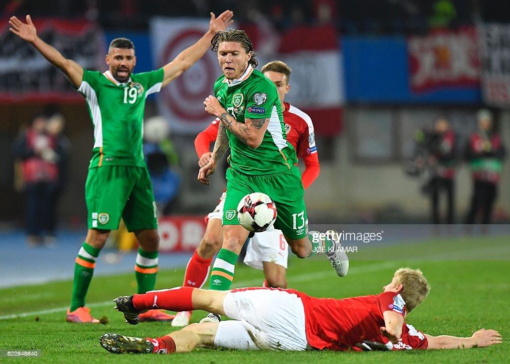 Austria's Martin Hinteregger (R) vies with Ireland's Jeff Hendrick during the World Cup 2018 qualification football match between Austria and Ireland in Vienna on November 12, 2016. / AFP / JOE
