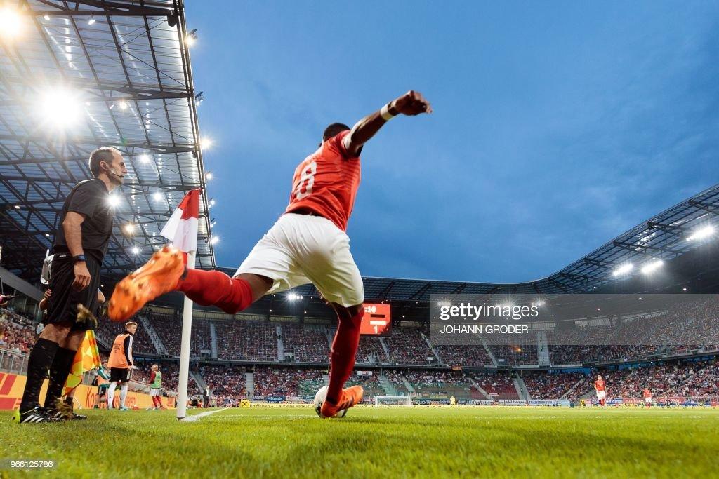 TOPSHOT - Austria's midfielder David Alaba takes a corner kick during the international friendly footbal match Austria v Germany in Klagenfurt, Austria, on June 2, 2018. (Photo by Johann GRODER / APA / AFP) / Austria OUT