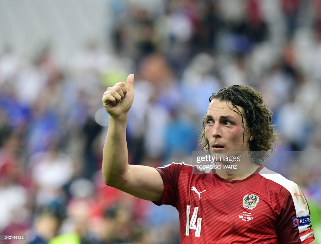Austria's midfielder Julian Baumgartlinger acknowledges the fans after loosing to Iceland 2-1 in the Euro 2016 group F football match between Iceland and Austria at the Stade de France stadium in Saint-Denis, near Paris on June 22, 2016. /