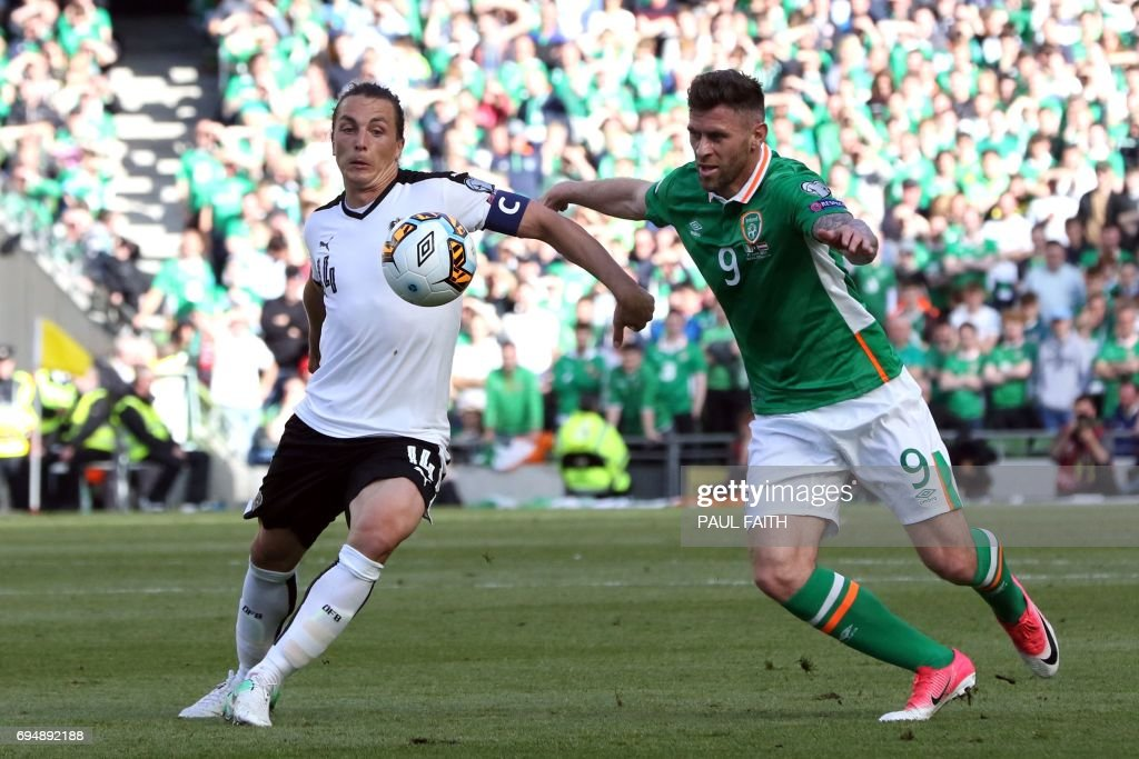 Austria's midfielder Julian Baumgartlinger (L) vies with Republic of Ireland's striker Daryl Murphy during the group D World Cup qualifying football match between Republic of Ireland and Austria at Aviva stadium in Dublin on June 11, 2017. The game finished 1-1. / AFP PHOTO / Paul FAITH