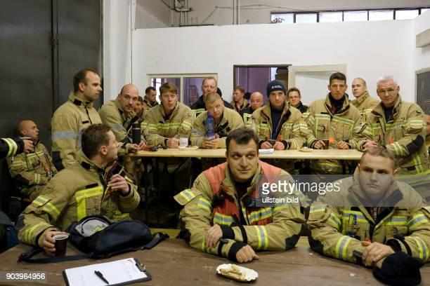 Auswertung und Nachbesprechung einer gemeinsame Übung der AtemschutznotfallTrainiertenStaffeln der Feuerwachen Prenzlauer Berg Wedding und Neukölln...