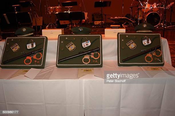 Auszeichnungen zum Ehrenkommissar der Bayerischen Polizei des Jahres 2005 an J a n F e d d e r und M a r i a K e t i k i d o u aus der ARDSerie G r o...