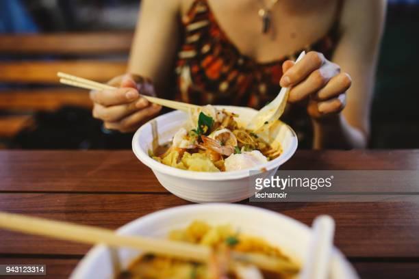Autentisk thailändsk snabbmat i Bangkok