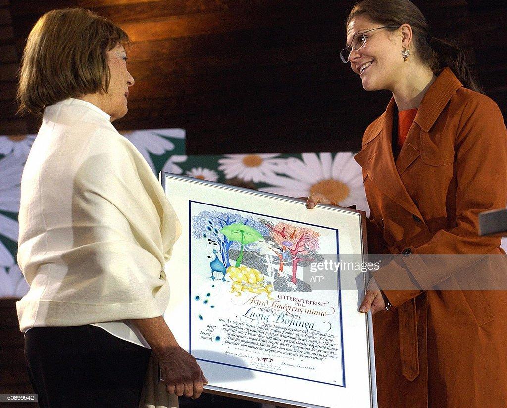 Author Lygia Bojunga of Brazil (L) is pr : News Photo