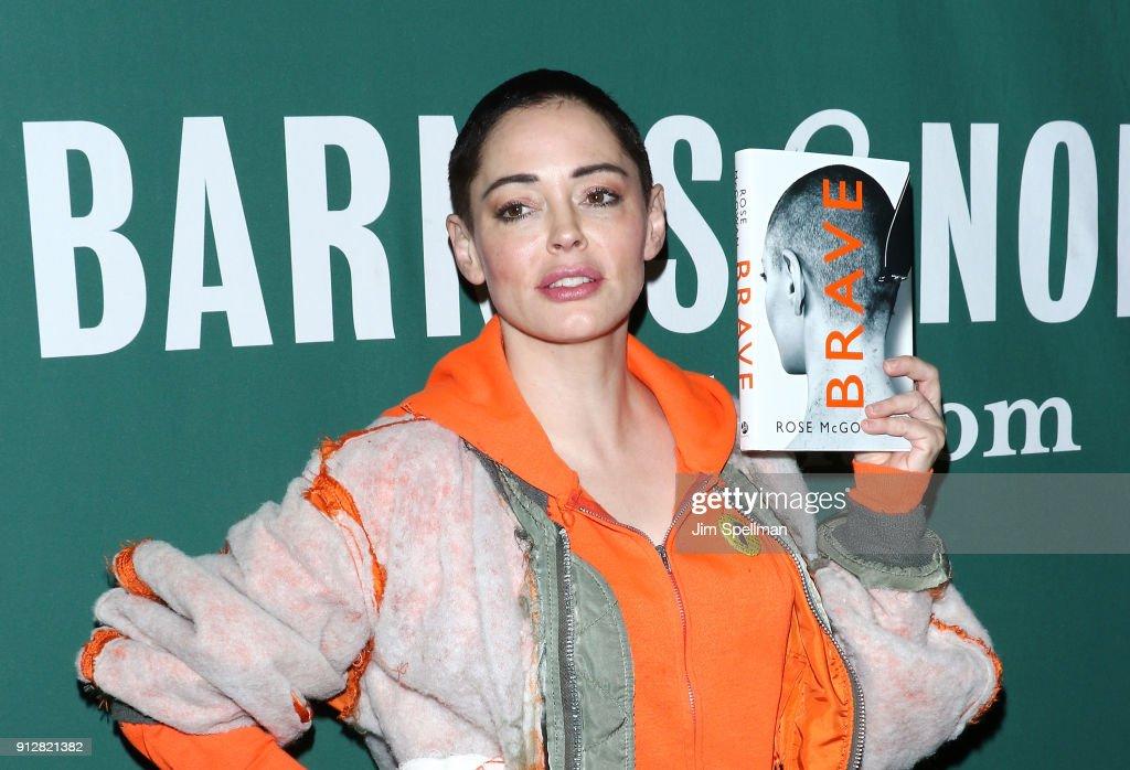 """Rose McGowan Signs Copies Of Her Memoir """"Brave"""" : Nachrichtenfoto"""