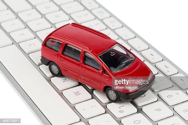 Auto auf Tastatur Symbolfoto für Autokauf und Autohandel im Internet