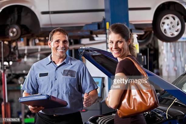Auto-Mechaniker und Kunden