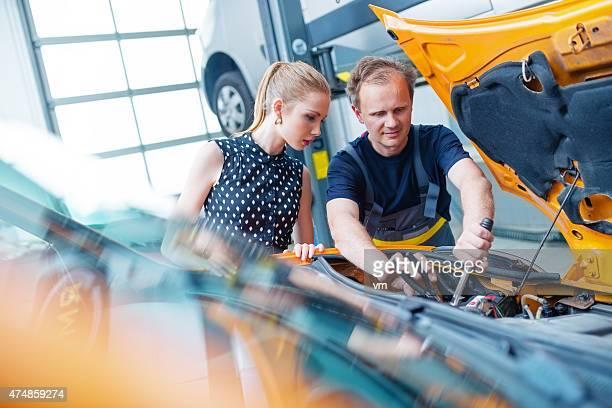 Mécanicien automobile avec la clientèle féminine