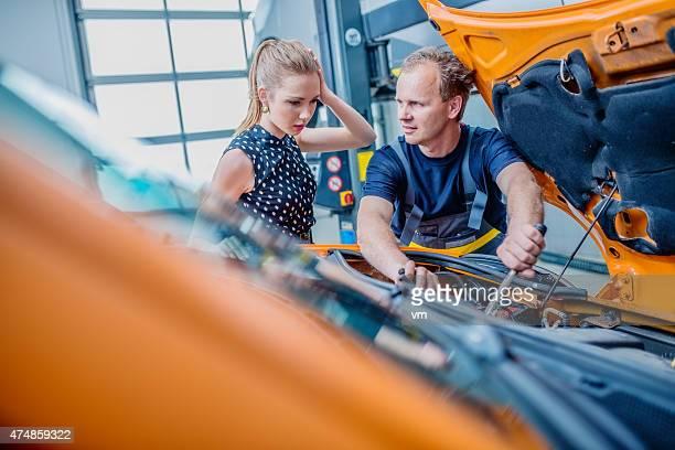 Auto-Mechaniker mit weibliche Kunden