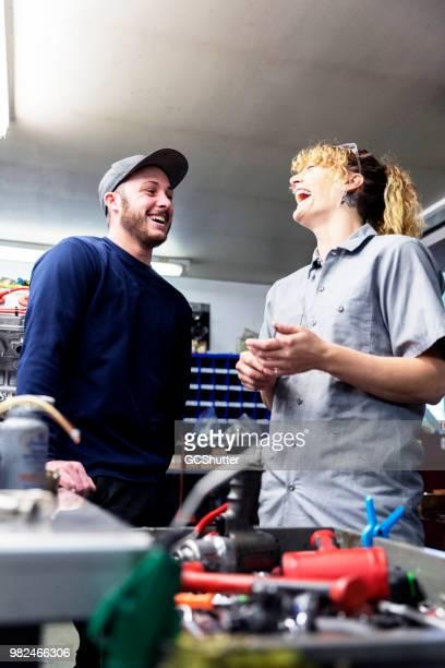 Auto mechanica op hun garage nemen van een korte pauze tussen hun drukke schema