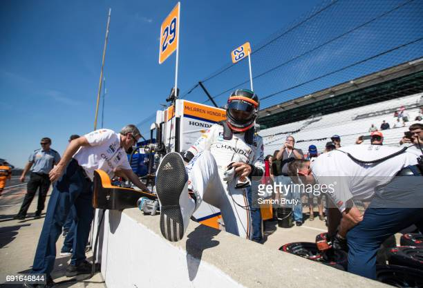 101st Indianapolis 500 Preview Fernando Alonso with crew members during practice session at Indianapolis Motor Speedway Indianapolis IN CREDIT Simon...