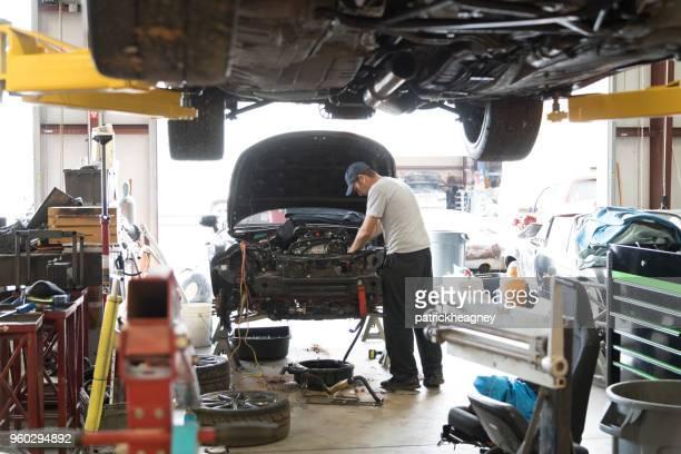 Auto-Werkstatt mit Mechaniker