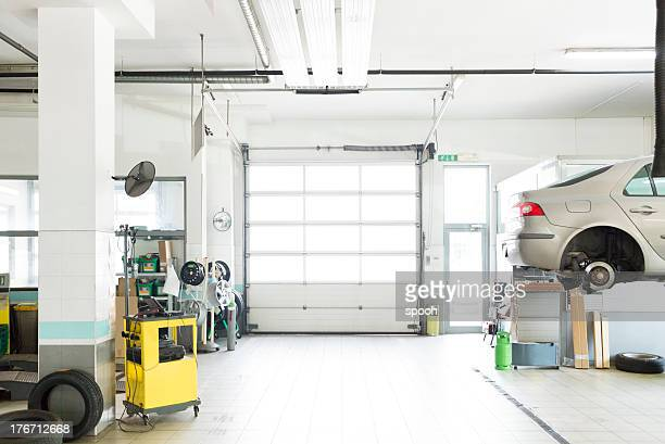auto repair shop, car garage, - werkplaats stockfoto's en -beelden