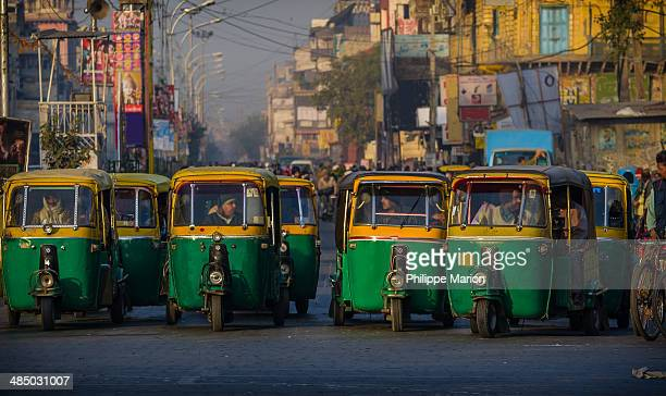 auto rickshaws waiting for green light - delhi - auto rickshaw stock pictures, royalty-free photos & images
