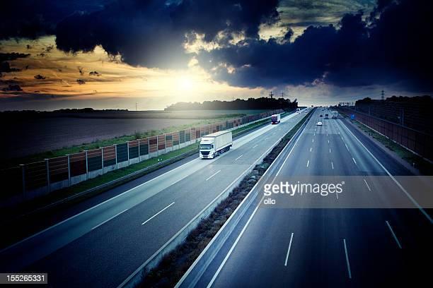 Autobahn-Blick von einer Brücke in der Abenddämmerung, Dramatischer Himmel
