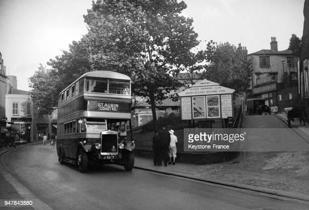 Autobus circulant dans la rue circa 1930 à Jersey RoyaumeUni