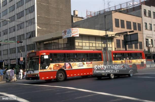 Autobus dans le centreville de Mexico au Mexique en avril 1998