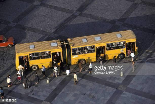 Autobus et ses passagers en centreville en septembre 1972 à Tbilissi en Géorgie